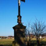 Kříž se sochou Panny Marie – tzv. Křenkův, umístěn Na Nivách.