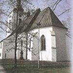 """Kostel sv. Jana Křtitele – tzv. """"Horní kostel"""" – filiální, byl postaven vr. 1640 a je zasvěcen sv. Janu Křtiteli. Původní barokní interiér byl vr. 1891 přestavěn do gotického slohu. Vkostele je umístěn soubor čtrnácti zastavení Křížové cesty, kterou daroval světově známý rodák zFrenštátu p.R. sochař Albín Polášek."""