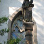 a socha Panny Marie – původní zr. 1666; byla   pořízena nová podle vzoru staré a posvěcena 19. 7. 1936. Způvodní sochařské práce se nezachovalo nic.