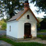 Vmístní části Lomná nechali r. 1890 poblíž  vlastního hostince vystavět kapli zasvěcenou Panně Marii hostinský František Kocián smanželkou.
