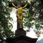Kříž poblíž cesty na vrchol kopce Pindula nechal vztyčit zdejší občan Tomáš Zbavitel. V roce 2005 jej na vlastní náklady nechala zrestaurovat paní Marie Zbavitelová.